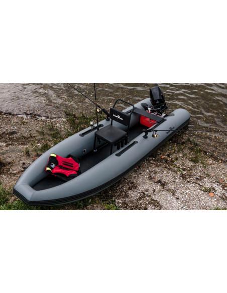 fishfinder400 gummibåt har 6st vertikala spöhållare och 2st roterbara spöhållare