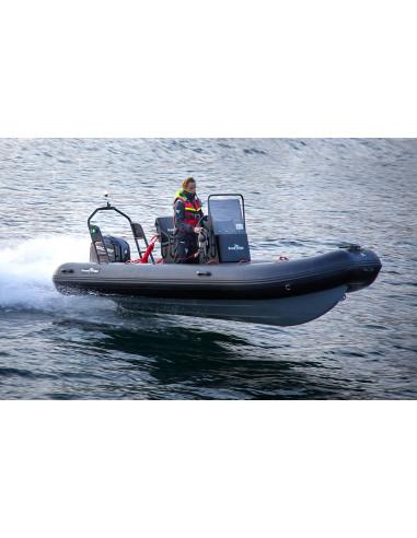 Ribbåt med aluminiumskrov. 5.1m lång soffa, rattkonsol och targabåge. Toppfart runt 33 knop.